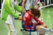 图文:女子记分赛撞车事故惨烈 捂住受伤部位