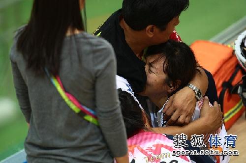 图文:女子记分赛撞车事故 教练安慰受伤队员
