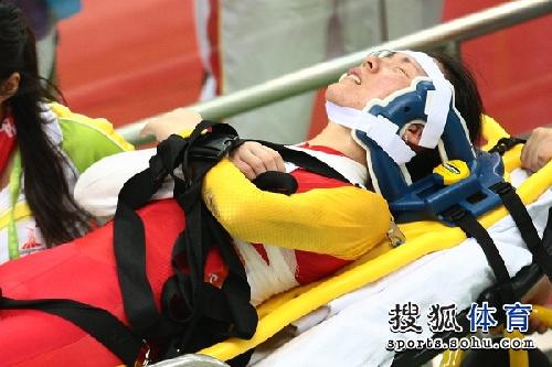 图文:女子记分赛撞车事故惨烈 神情痛苦