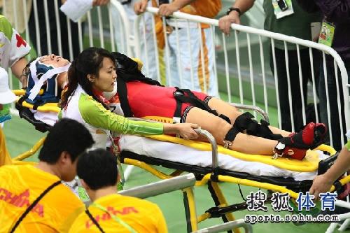 图文:女子记分赛撞车事故惨烈 被抬出赛场