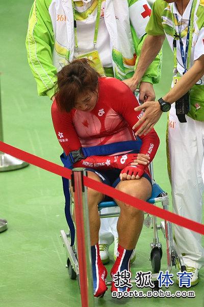 图文:女子记分赛撞车事故 香港队员坐上轮椅
