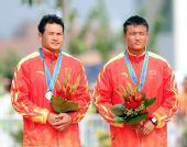 图文:激流回旋男双划艇颁奖 陈飞山宝获得银牌