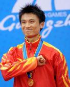 图文:男子太极剑拳全能颁奖仪式 吴雅楠很开心