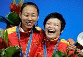 图文:斯诺克6红球女单颁奖 中国两队员很开心
