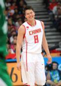 图文:男篮小组赛中国胜蒙古国 朱芳雨露出笑容