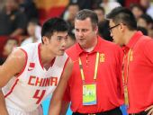 图文:男篮小组赛中国胜蒙古 邓华德嘱咐丁锦辉