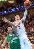 图文:男篮小组赛中国胜蒙古 刘炜力压对手上篮