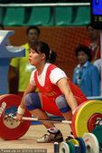 图文:女子举重63公斤级 陈爱婵比赛中