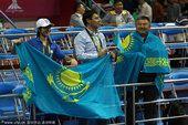 图文:女子举重63公斤级 哈萨克斯坦观众