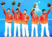 图文:乒乓球男团颁奖仪式 中国五人组挥手致意