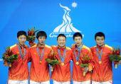 图文:乒乓球男团颁奖仪式 中国队员露开心笑容