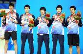 图文:乒乓球男团颁奖仪式 亚军韩国队五人合影