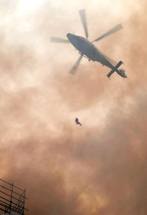 上海高层建筑物起火时,消防部门曾尝试采用直升机救。