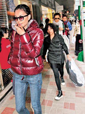 王菲逛街着超厚羽绒服