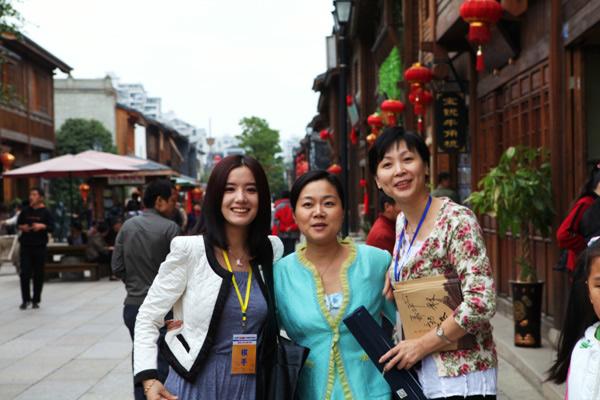 孔杰夫人陈小匀和张璇、承办方老总王庄在三坊七巷合影