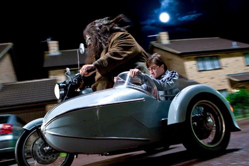 影片开场不久便是海格载着哈利与食死徒空中大战的场景