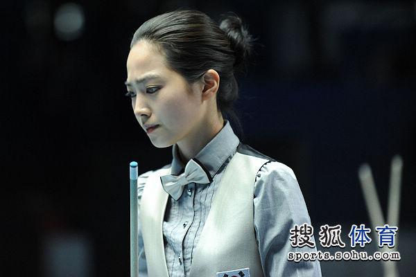 图文:女子8球刘莎莎5-4车侑蓝 车侑蓝有些犯难