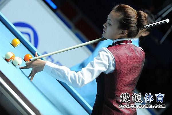 图文:女子8球刘莎莎5-4车侑蓝 高难度的扎杆