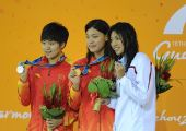 图文:女子100米自由泳颁奖仪式 三人展示奖牌