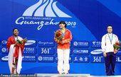 图文:举重女子69公斤级颁奖 刘春红摘金