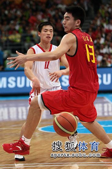图文:亚运男篮中国98-62朝鲜 妙传穿透防守
