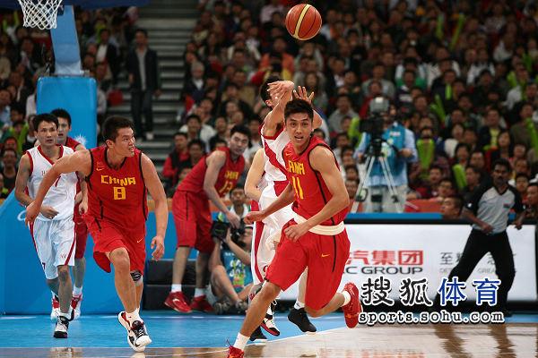 图文:亚运男篮中国98-62朝鲜 拼命回追