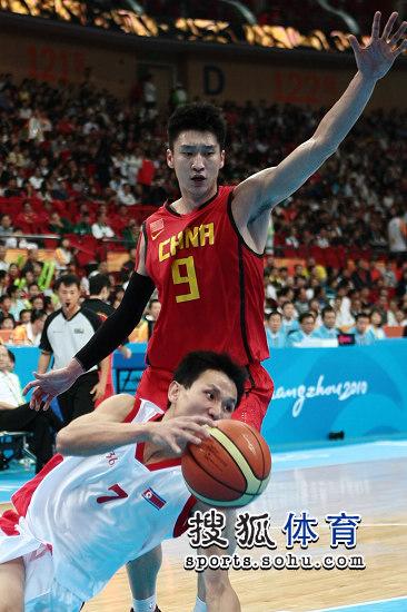 图文:亚运男篮中国98-62朝鲜 篮下失去平衡