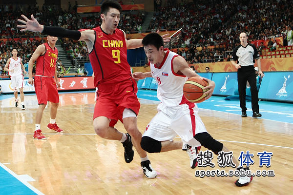 图文:亚运男篮中国98-62朝鲜 朝鲜队员欲强突