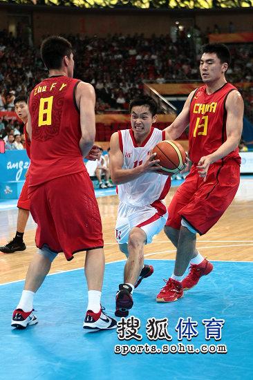 图文:亚运男篮中国98-62朝鲜 中国队形成夹防