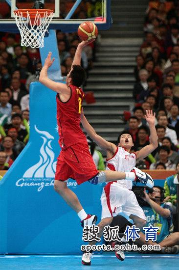 图文:亚运男篮中国98-62朝鲜 朱芳雨上篮瞬间