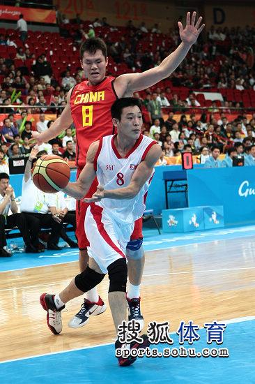 图文:亚运男篮中国98-62朝鲜 朱芳雨被突破