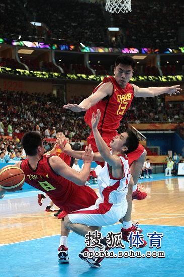 图文:亚运男篮中国98-62朝鲜 双方篮下混战