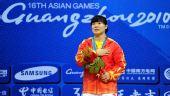 图文:举重女子69公斤级颁奖 刘春红手捂胸口