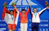 图文:举重女子69公斤级颁奖 前三名共同庆贺