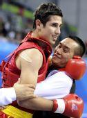 图文:男子散手75KG伊朗选手折桂 激动拥抱教练