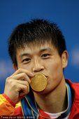 亚运男子散手65公斤级决赛 张军勇夺冠亲吻奖牌