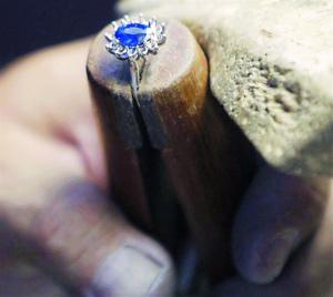 纽约珠宝公司赶制凯特订婚戒复制品。