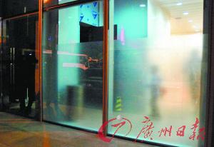 男厕玻璃墙已贴上了磨砂纸。  实习生罗知锋、记者曹景荣摄