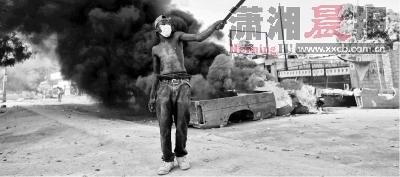 11月15日,海地第二大城市海地角,一名男子正在抗议示威。图/CFP