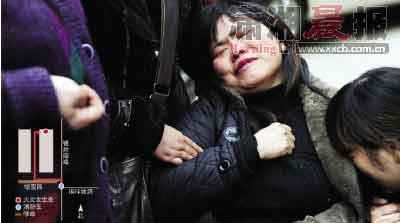 昨日,长沙市岳麓区银钛社区岳银三村,程女士在楼下悲痛欲绝。图/记者赵尚渝 制图/侯东梅