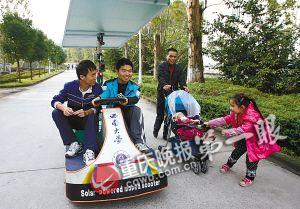 小女孩拉婴儿车与太阳能汽车比赛