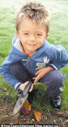 幸运男孩詹姆斯・海特探到深埋地下的一个金盒。