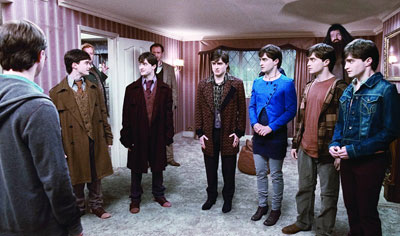 新片《哈7上》中七个一模一样的哈利同处一室