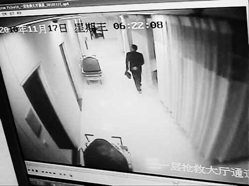 监控拍下黑衣人作案全过程。