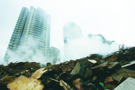 江北石子山柿子湾,燃烧的垃圾散发出滚滚浓烟。 记者 徐元宾 摄