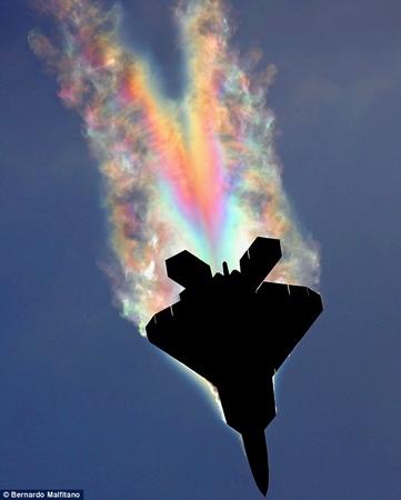 光辉闪现:抓拍飞机者马菲塔诺在航展上飞机飞过头顶时拍到F-22战斗机惊人一幕。</