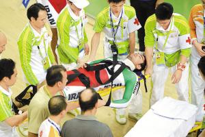 伊朗队员受伤被紧急送往医院