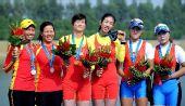图文:女子双人双桨颁奖仪式 获奖选手开心庆祝