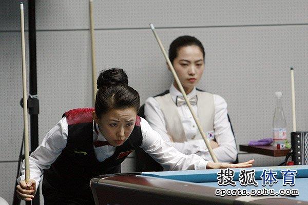 图文:美式女子9球1/4决赛进行 潘晓婷仔细观察