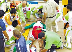 现场救治伊朗运动员